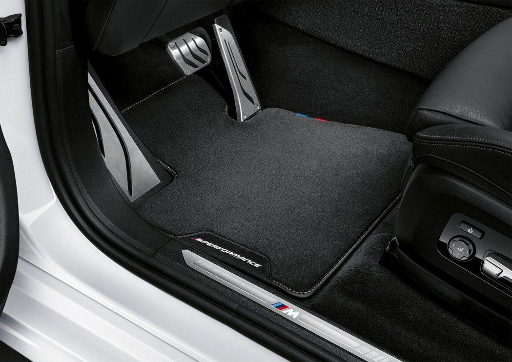 M Performance專屬地墊與金屬門檻飾板。 摘自BMW