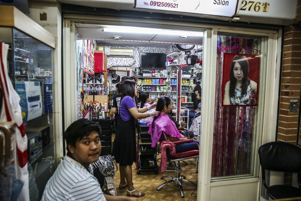 中山北路「小菲律賓」,有各式商店滿足移工日常需求。 圖/聯合報系資料照