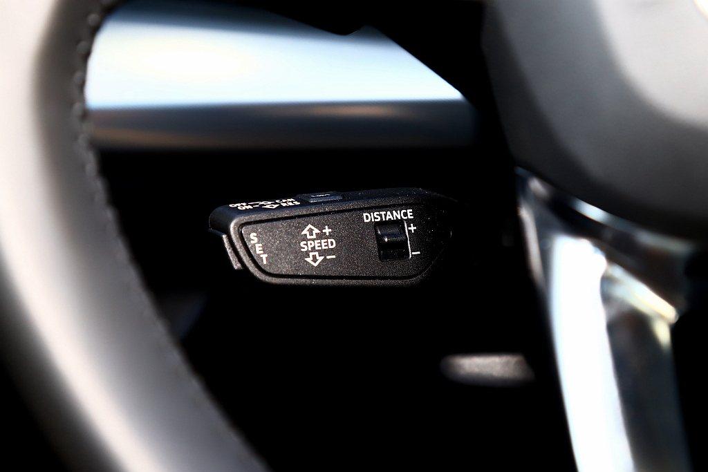 透過方向盤左下方的獨立撥桿啟動,直覺且迅速啟動ACC主動式定速巡航控制系統。 記...