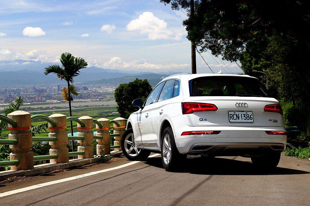 「都會行車輔助套件」藉由後保桿內兩側的掃描雷達,提供盲點偵測警示功能、車道變換輔...