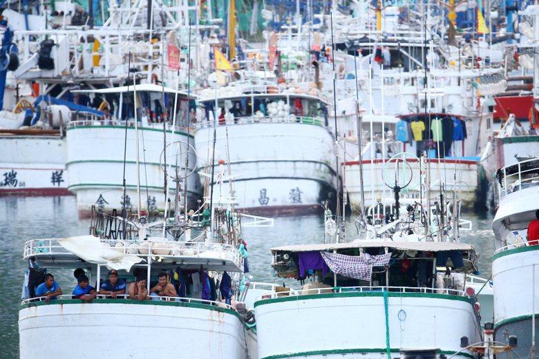 移工逃離雇主的兩大原因,主要就是「勞力剝削」和「惡劣的勞動條件」。圖為南方澳漁船...