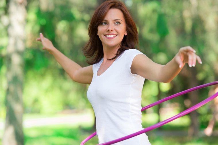 一項研究發現,搖呼拉圈比起健走,瘦腰的效果更佳,而且還能幫助減少壞膽固醇! 圖片...