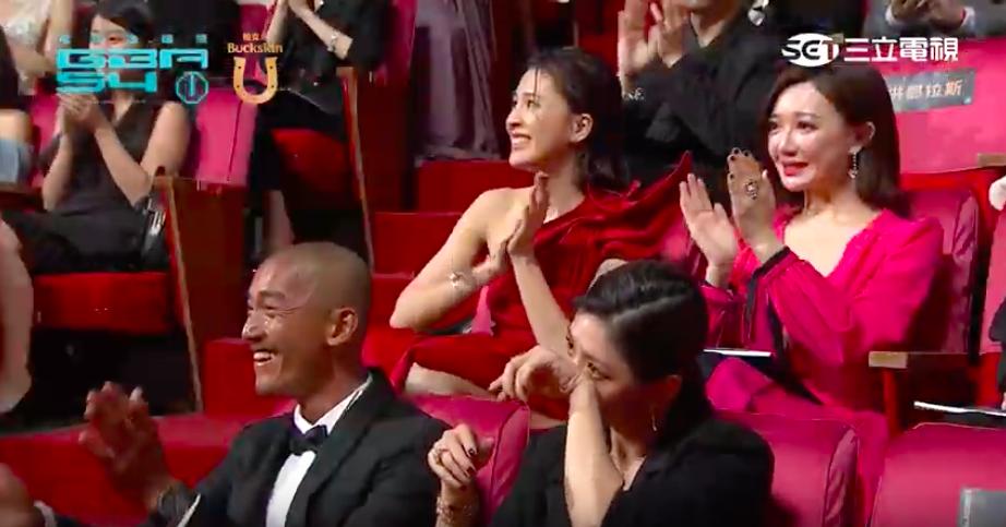 賈靜雯(前右)在台下聽小燕姐致詞狂哭。圖/摘自網路