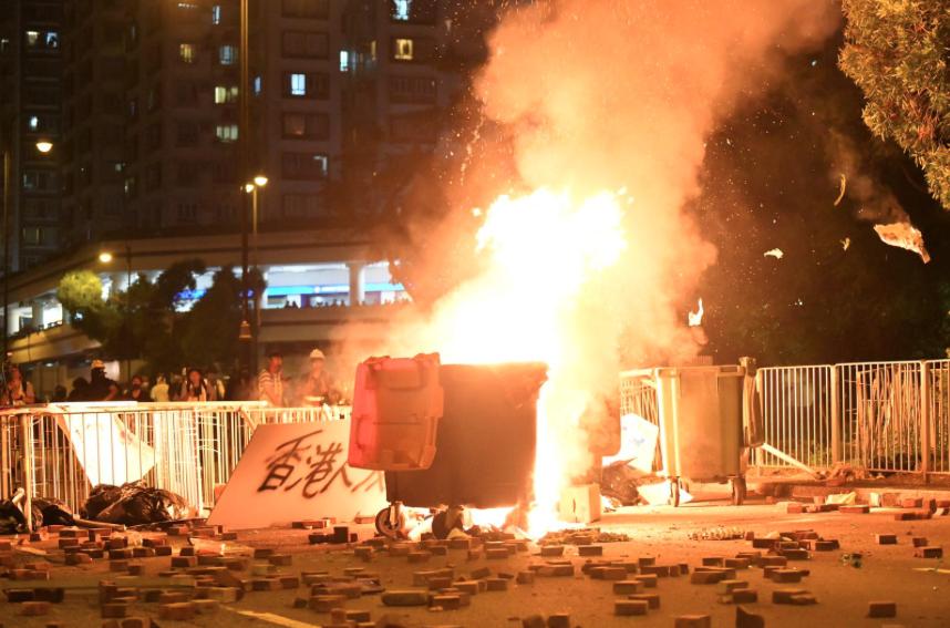 警方深夜公布,五日凌晨沙田、荃灣及黃大仙區仍然有大批民眾聚集,大肆破壞和縱火。(...