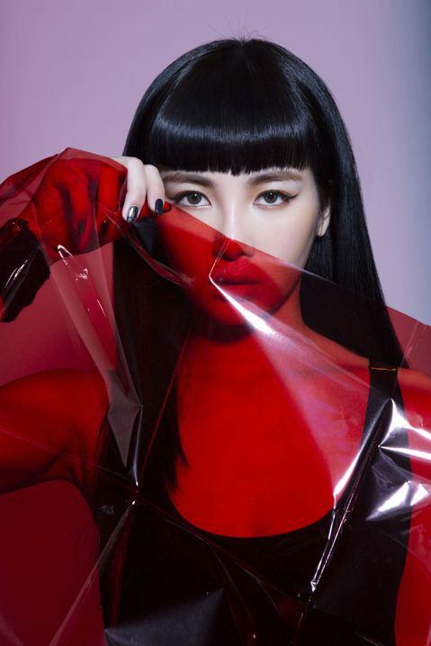從「大學生了沒」因模仿謝金燕嶄露頭角的「Nikita」舒子晨,將於17日推出首張個人EP「RED ANGEL」,同名新歌為Electropop /Dance Trap曲風,展現她優異的唱跳表演能力。...