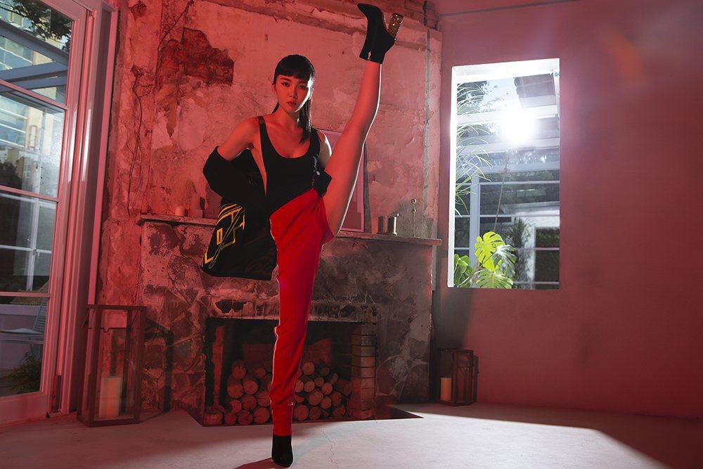 Nikita新EP視覺概念以「紅」為基本元素,街頭時尚混搭運動時尚元素,展現她帥...