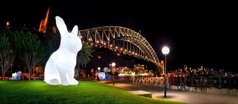 這次最令民眾期待的裝置作品《打攪》,高達7公尺的可愛小白兔將在美堤河濱公園與大家見面。圖/北市文化局提供