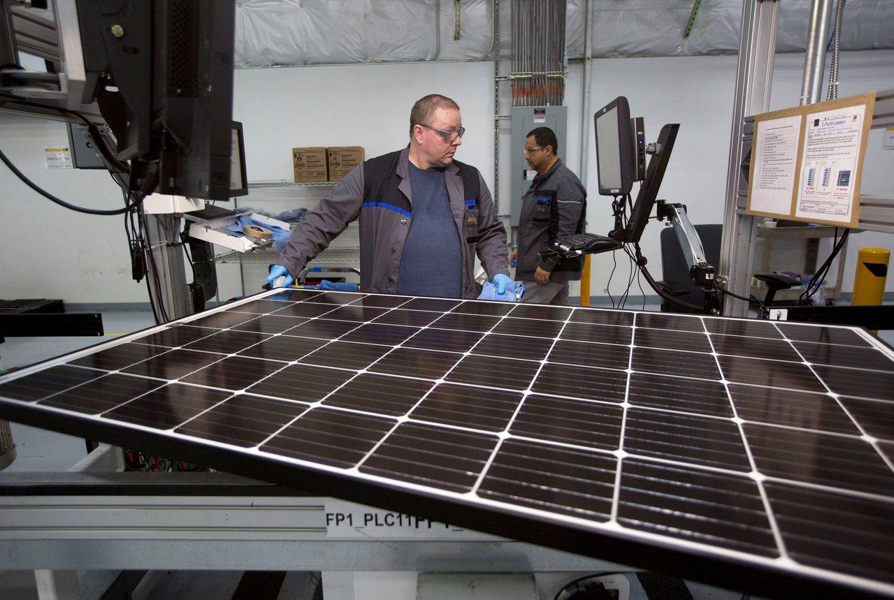 美國太陽能板工廠生產線。路透