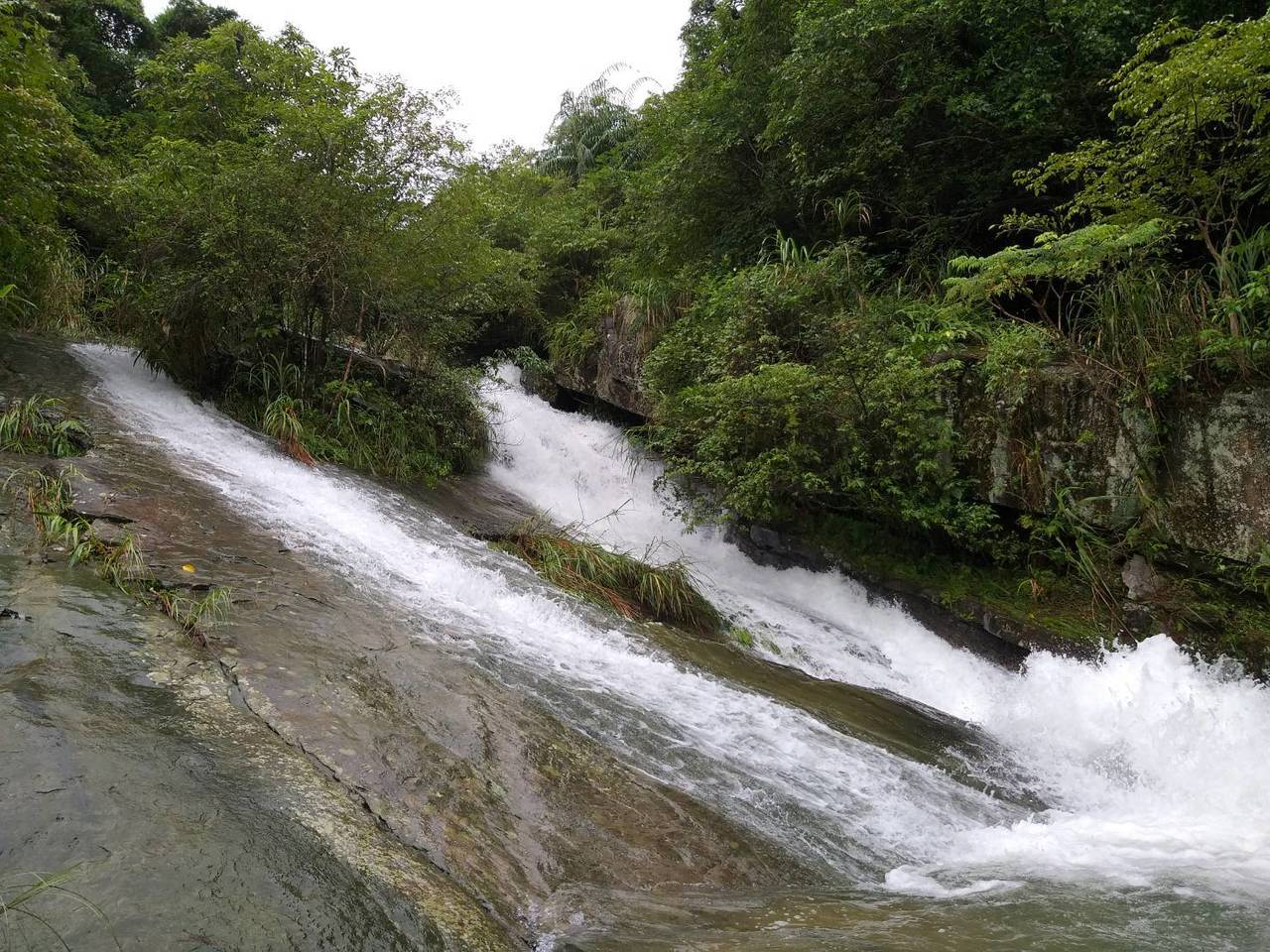 基隆市暖東峽谷的瀑布,水流順著傾斜的岩壁往下流,稱為「滑瀑」。記者邱瑞杰/攝影