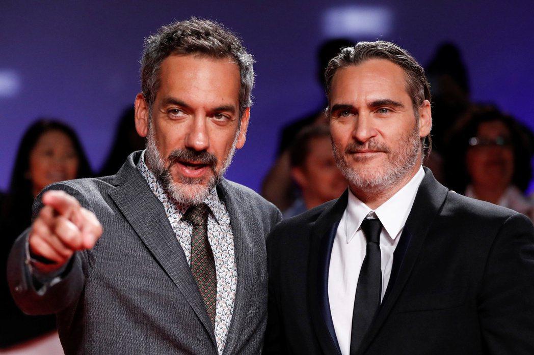 演員菲尼克斯(右)及導演菲利浦斯(左)為電影《小丑》辯護。路透