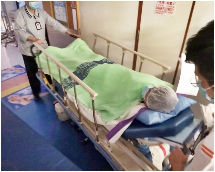 14歲中槍示威者在屯門醫院救治。圖:取自星島日報網站