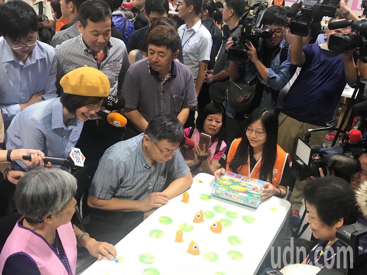 台北市長柯文哲上午參加敬老活動,與長者一起玩桌遊。記者楊正海/攝影