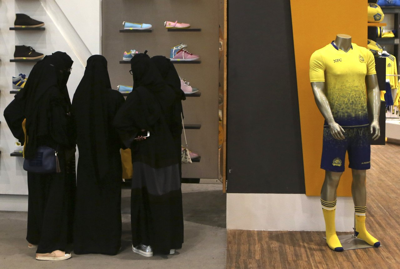 沙籍女性可以在提供身分證明後獨自入住飯店。美聯社