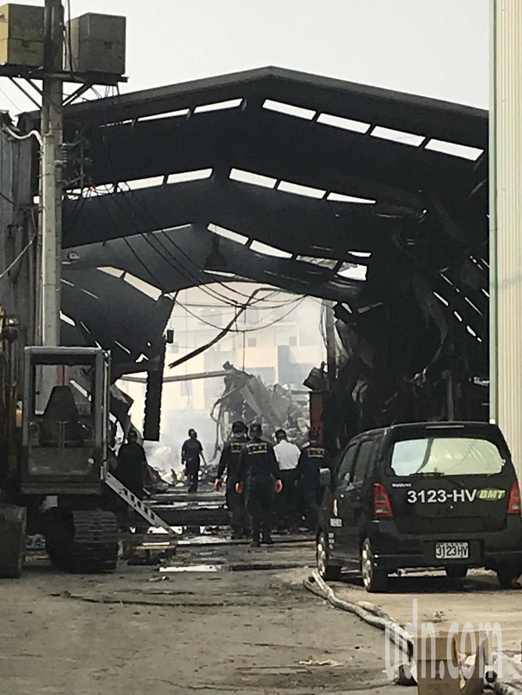 台中市消防局火調科人員昨在火警現場進行勘查。記者林佩均/攝影
