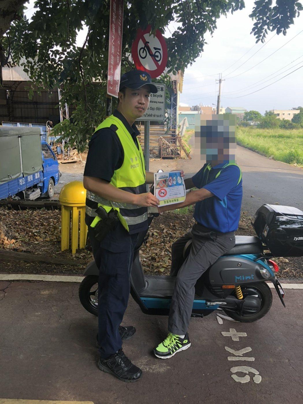 交通新制本月1日上路,騎乘電動自行車須配戴安全帽,否則恐吃上「未配戴安全帽」的3...