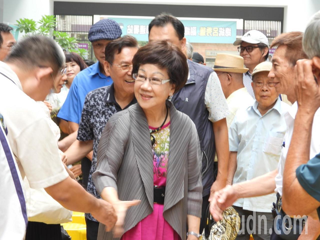 呂秀蓮上午到台南市舉辦第一場連署說明會,100多名地方人士與支持者熱烈歡迎。記者...