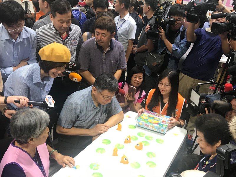 台北市長柯文哲上午參加敬老活動,與長者一起玩桌遊。記者楊正海/攝