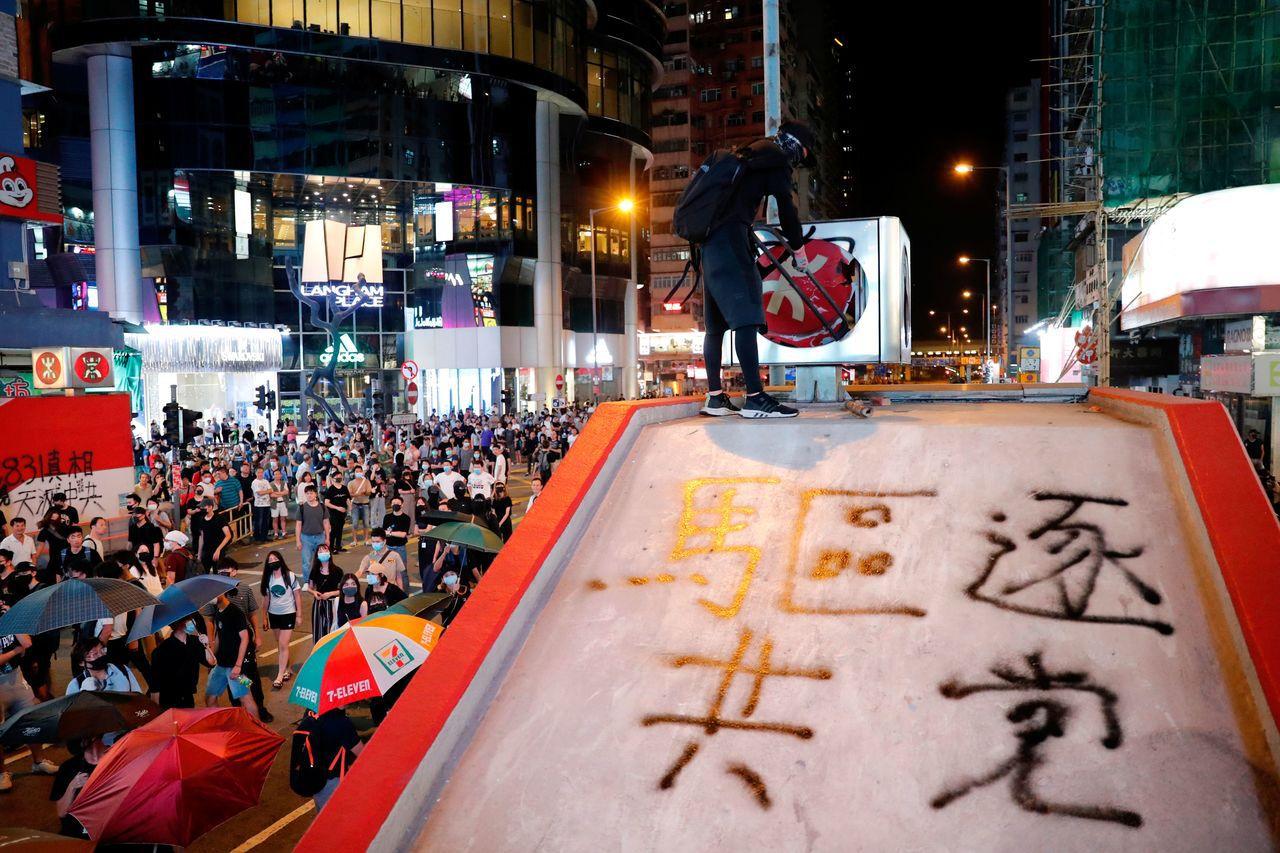 香港政府引用緊急法禁止在抗議活動蒙面,引發邁入第18個周末更大抗爭。路透