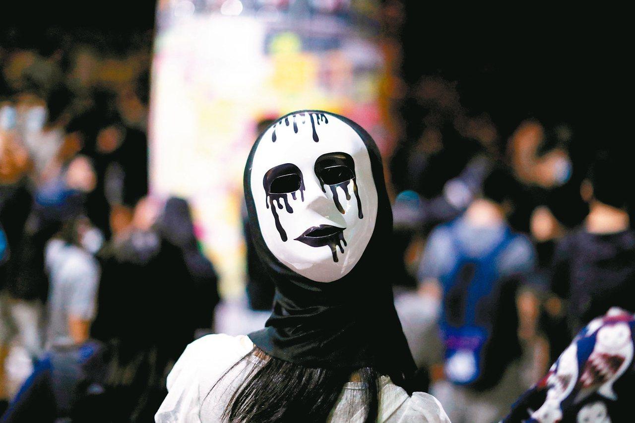 香港「禁蒙面法」導致香港各地昨晚至今晨動盪不安。 路透