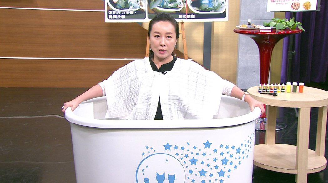 方岑示範浴缸保健法。圖/年代提供
