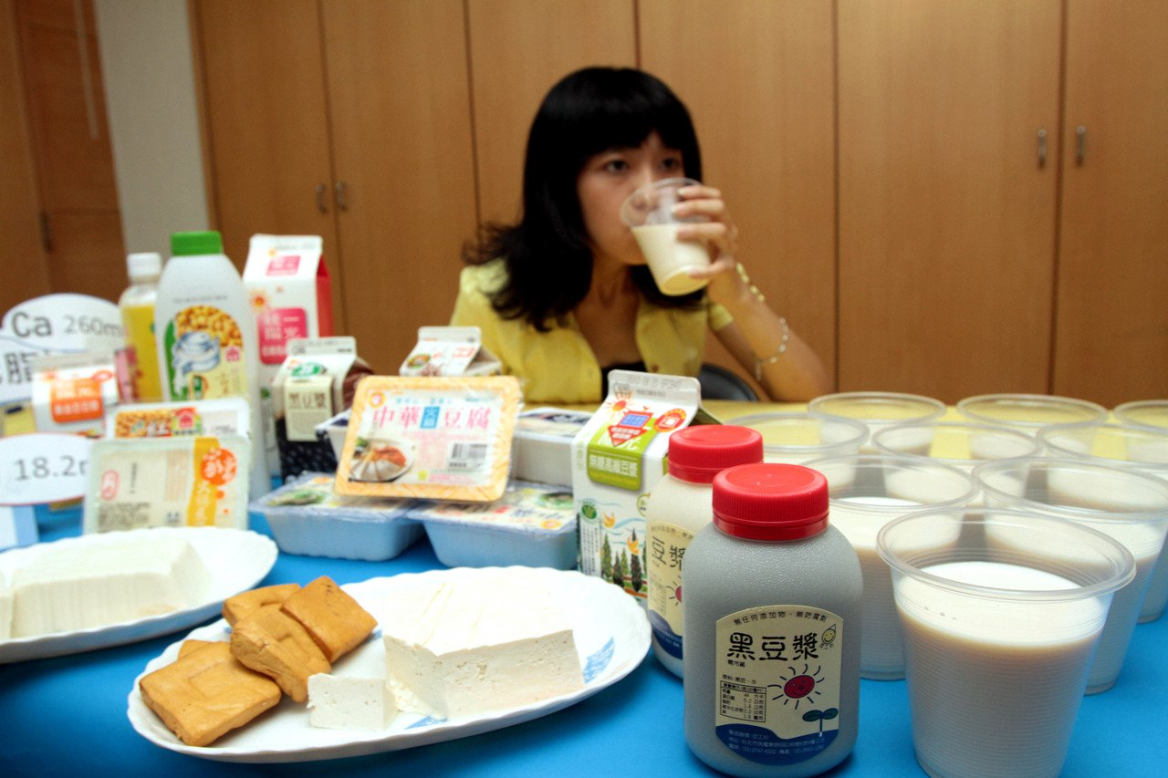 董氏基金會二月公布百款市售豆漿調查結果,他們注意到不少豆漿包裝標示「微甜」,卻未...
