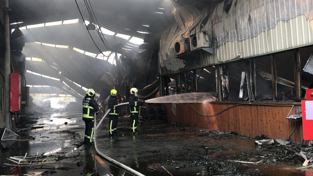 台中市大雅區一間鐵皮違建工廠惡火,奪走兩名優秀消防員的寶貴生命。記者林佩均/攝影
