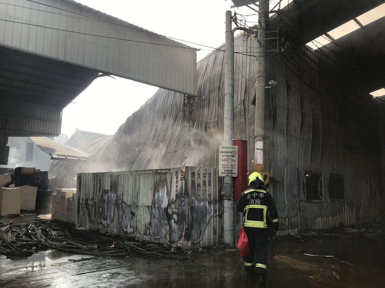 鐵皮工廠左側建物燃燒嚴重塌陷,警消拉起封鎖線。記者林佩均/攝影