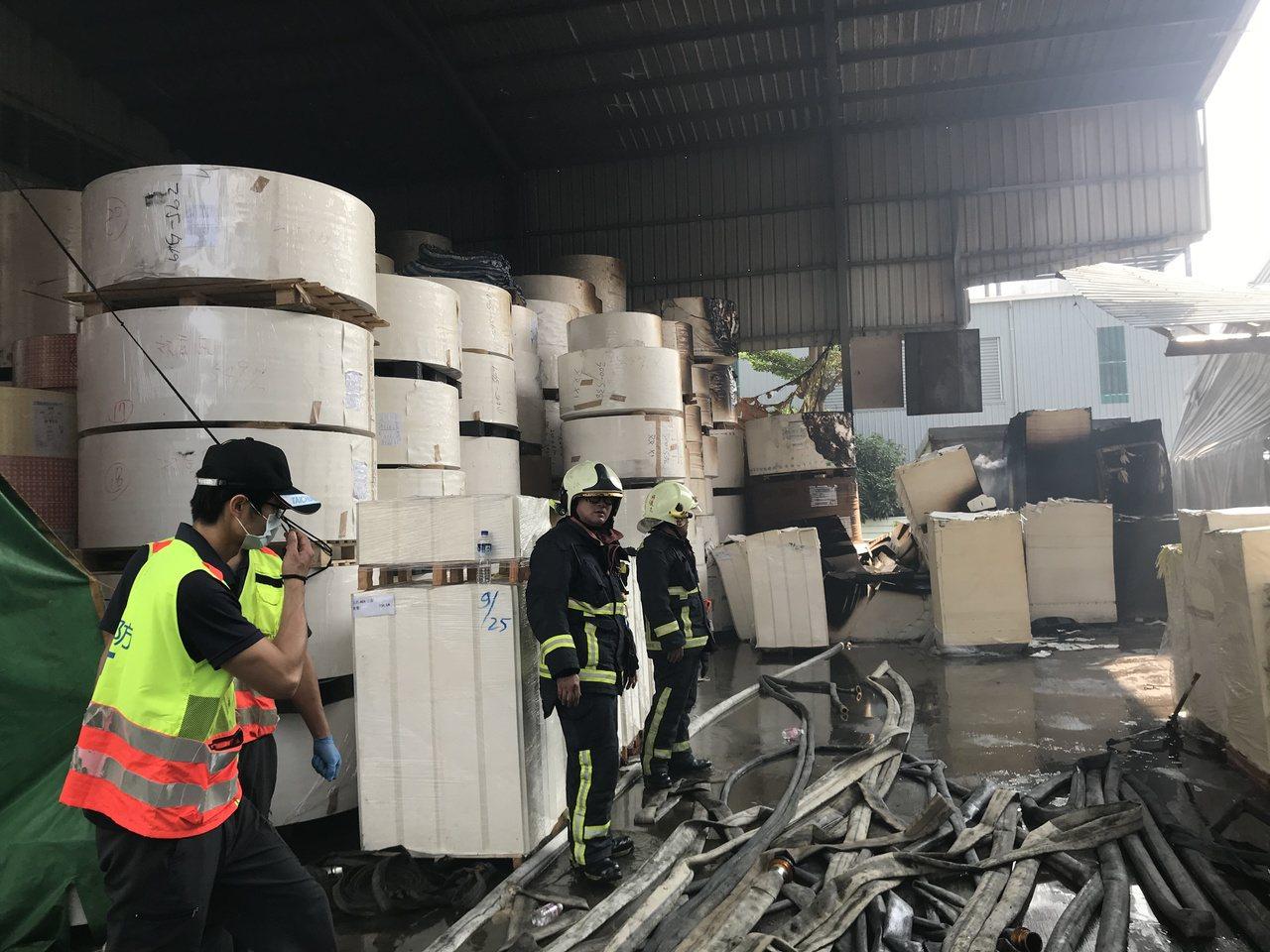 鐵皮工廠左側建物外側仍堆放許多貨品。記者林佩均/攝影