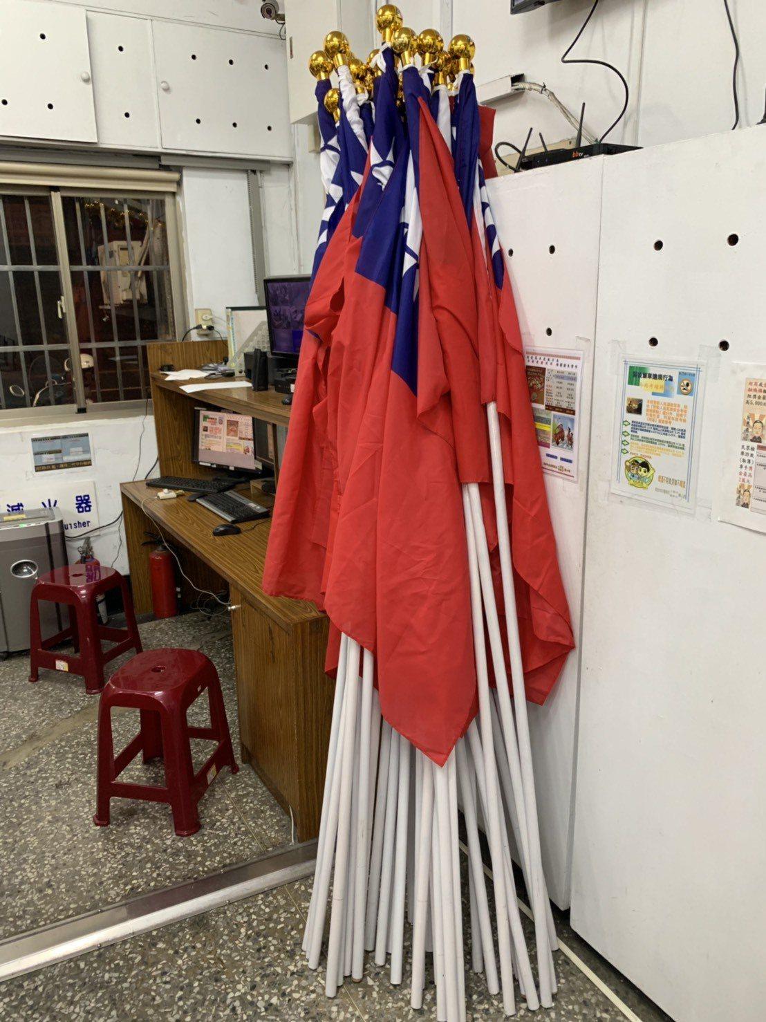 原插在愛河沿岸的國旗經熱心市民帶到派出所保管。記者林保光/翻攝