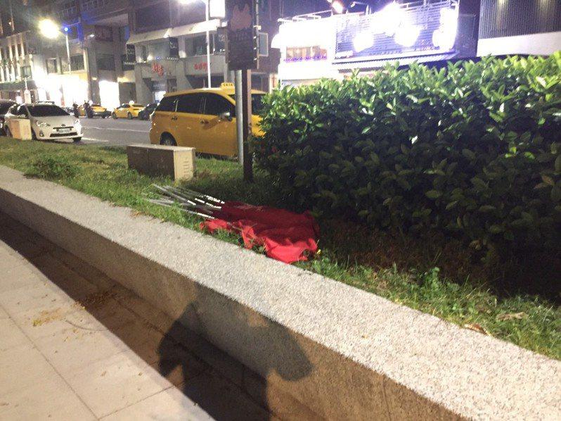 高雄市政府在愛河沿岸的34面國旗被拔放在一旁花圃。記者林保光/翻攝
