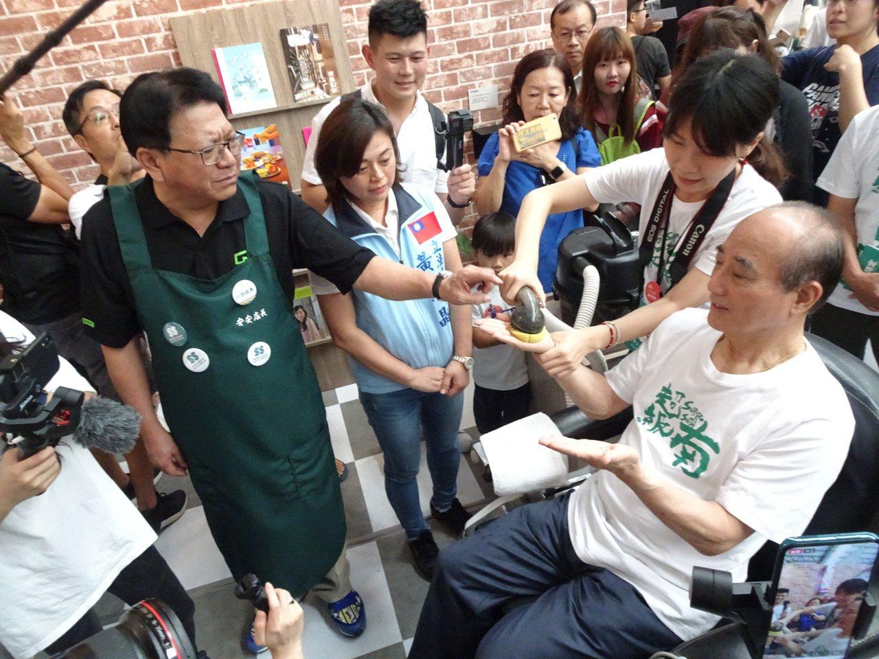 2109台灣設計展今天下午1點起開放參觀,前立法院長王金平(右)1時半就到主展區...