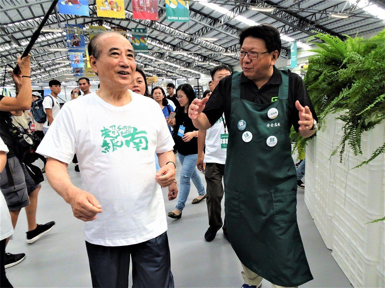 2109台灣設計展今天下午1點起開放參觀,前立法院長王金平(左)1時半就到主展區...