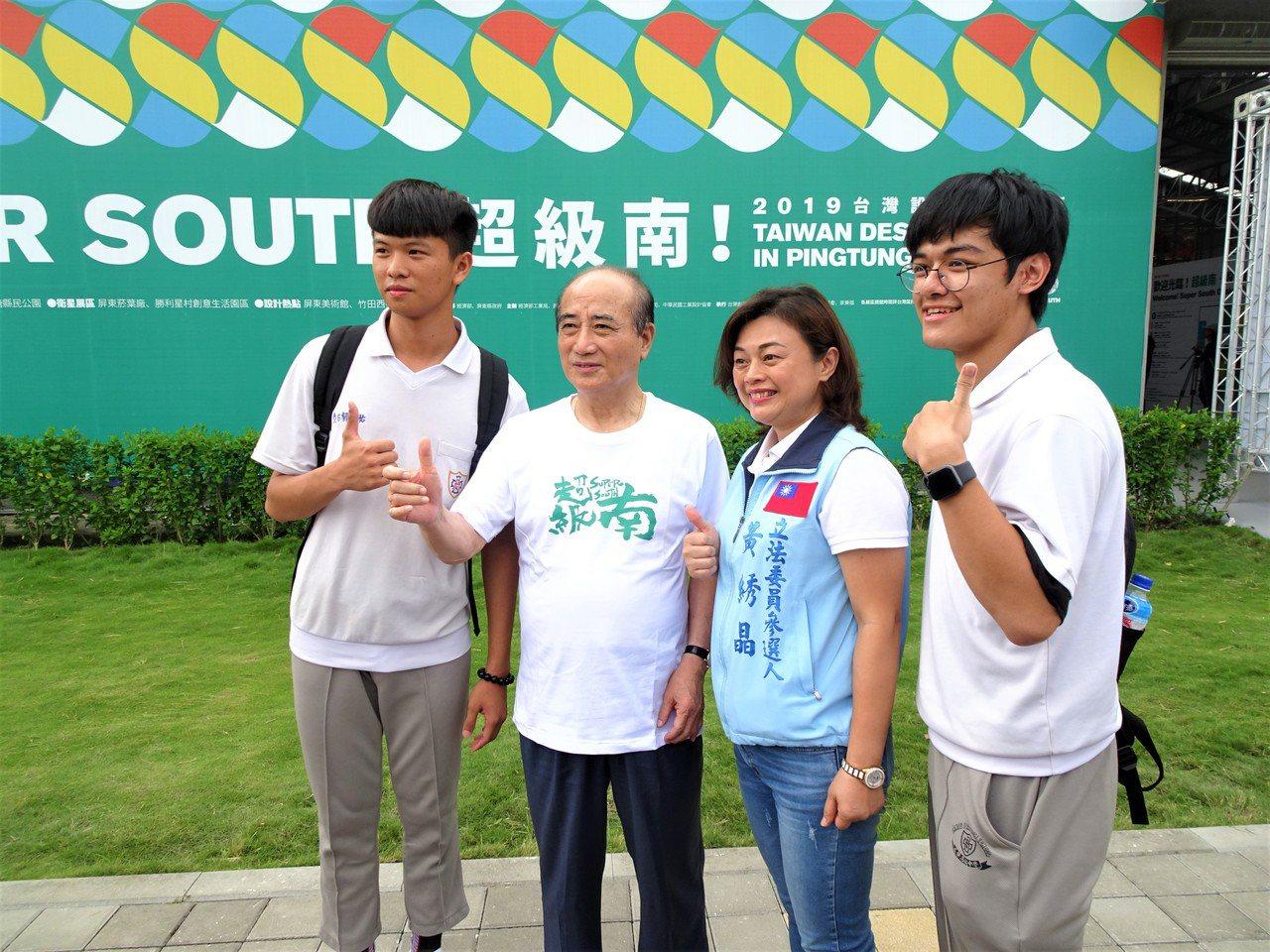 2109台灣設計展今天下午1點起開放參觀,前立法院長王金平(左二)1時半就到主展...