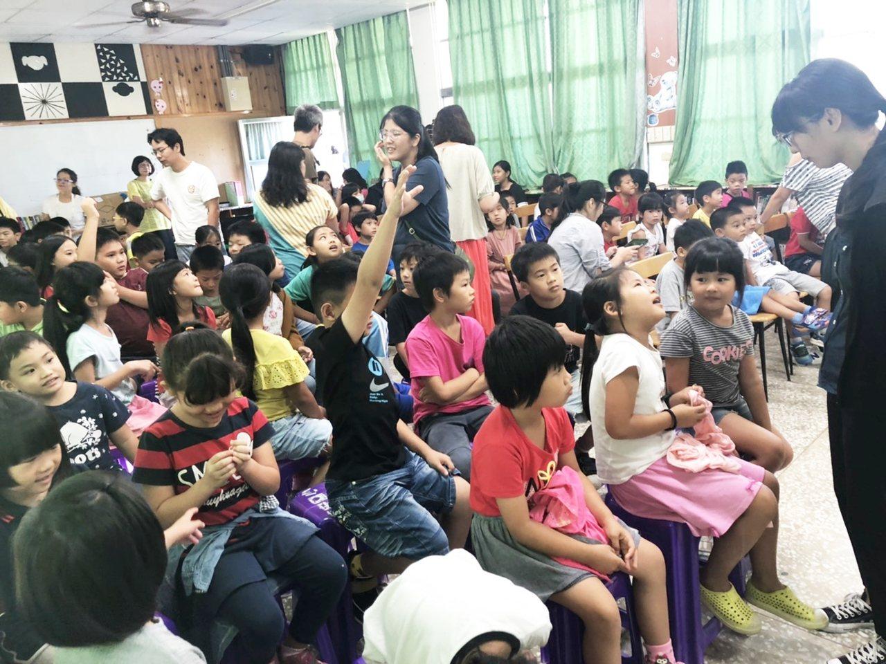 捐贈儀式小朋友開心跟著老師一起玩遊戲,融入故事繪本角色。記者羅紹平/攝影