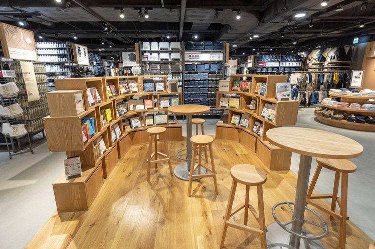 MUJI無印良品中壢門市規畫高腳椅休憩空間,並販售生活選書系列。圖/無印良品提供
