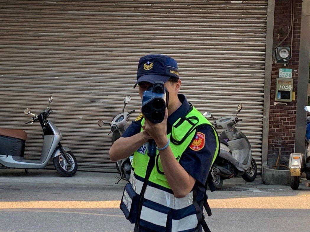 針對電動自行車違規超速,警方以俗稱「三眼魔神」的手持式雷射測速照相儀器偵測,只要...