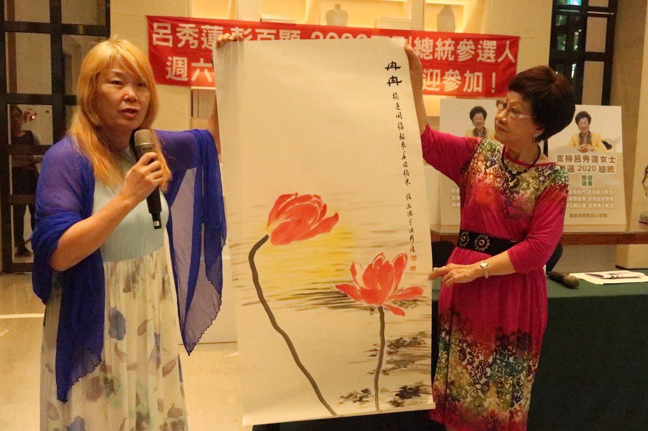 畫家張淑德(左)贈畫「冉冉」給呂秀蓮(右),祝選情也能冉冉上升。記者徐如宜/攝影