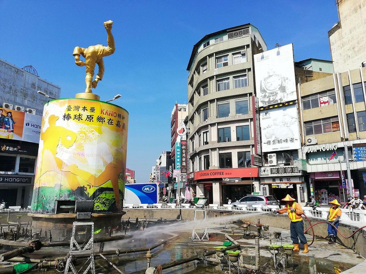 迎接雙十國慶,嘉義巿政府環保局清潔隊清洗民主聖地標誌中央噴水圓環。圖/市府提供
