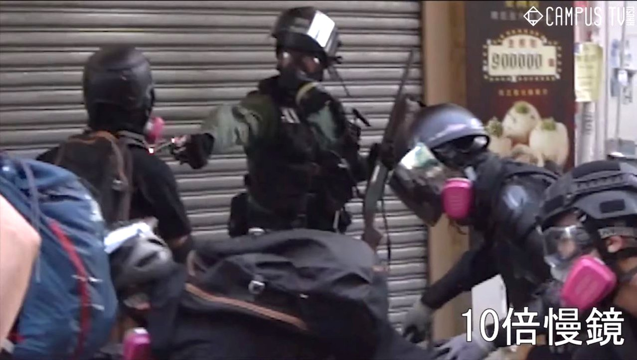 十一當天香港再爆警民衝突,未成年的高中男學生曾志健在荃灣衝突前線,遭香港警察近距...