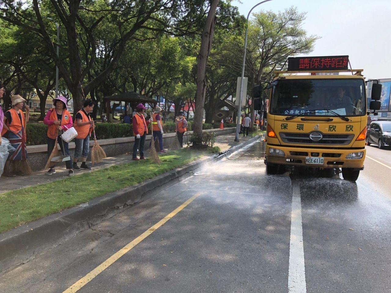 嘉義市環保局出動掃街車執行道路揚塵清洗。圖/環保局提供