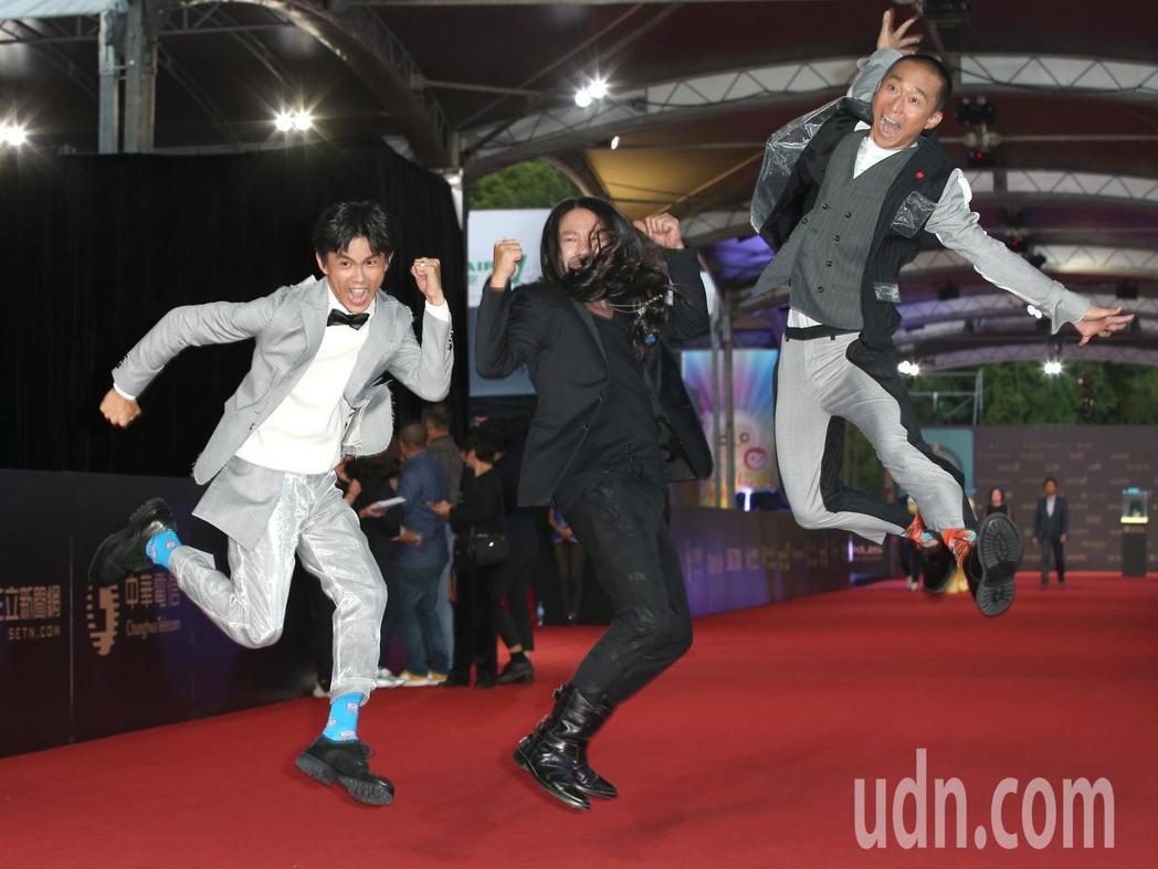 阿翔(左)、浩子(右)、乱彈阿翔(中)走星光大道。記者陳立凱/攝影