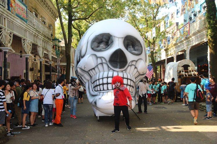 六福村墓碑鎮遊行,3米高骷髏氣球霸氣登場。圖/六福村主題遊樂園提供