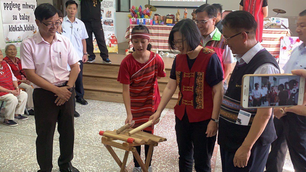 總統蔡英文今天到梅花部落文健站參與這項長照活動,在小朋友的指導下,也學會用木琴演...