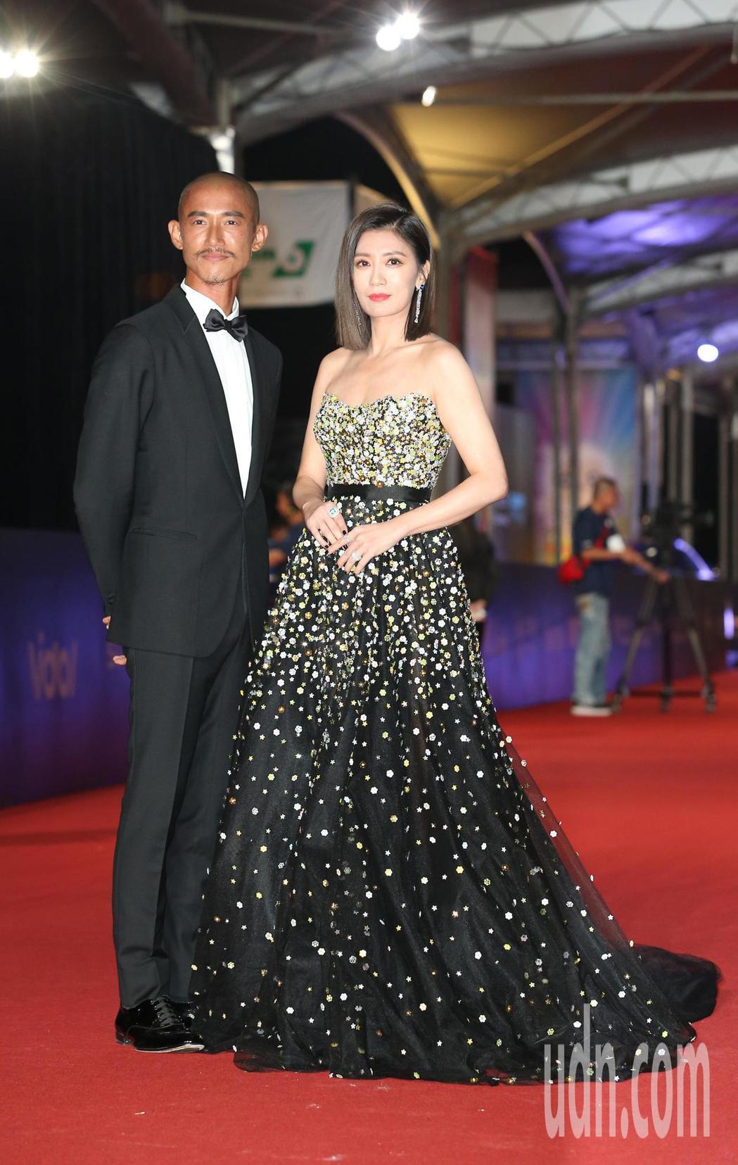 吳慷仁(左)、賈靜雯走星光大道。記者陳立凱/攝影