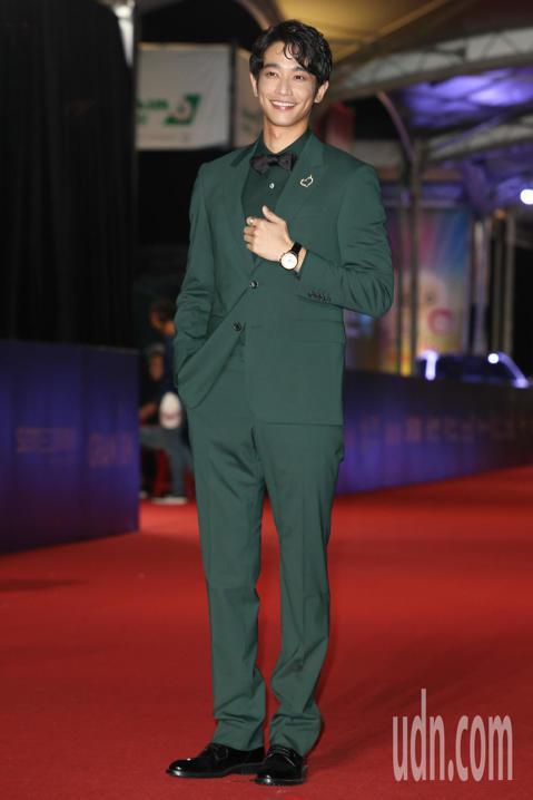 近來在電影、電視演出都引起熱烈票房和話題的劉以豪,一現身星光大道就讓紅毯兩旁影迷為之尖叫,展現當紅男神的號召力。他一身造型有搶「紅毯最帥」的潛力,坦言在典禮上希望能夠幫到一同頒獎的韓國男星丁海寅,因...
