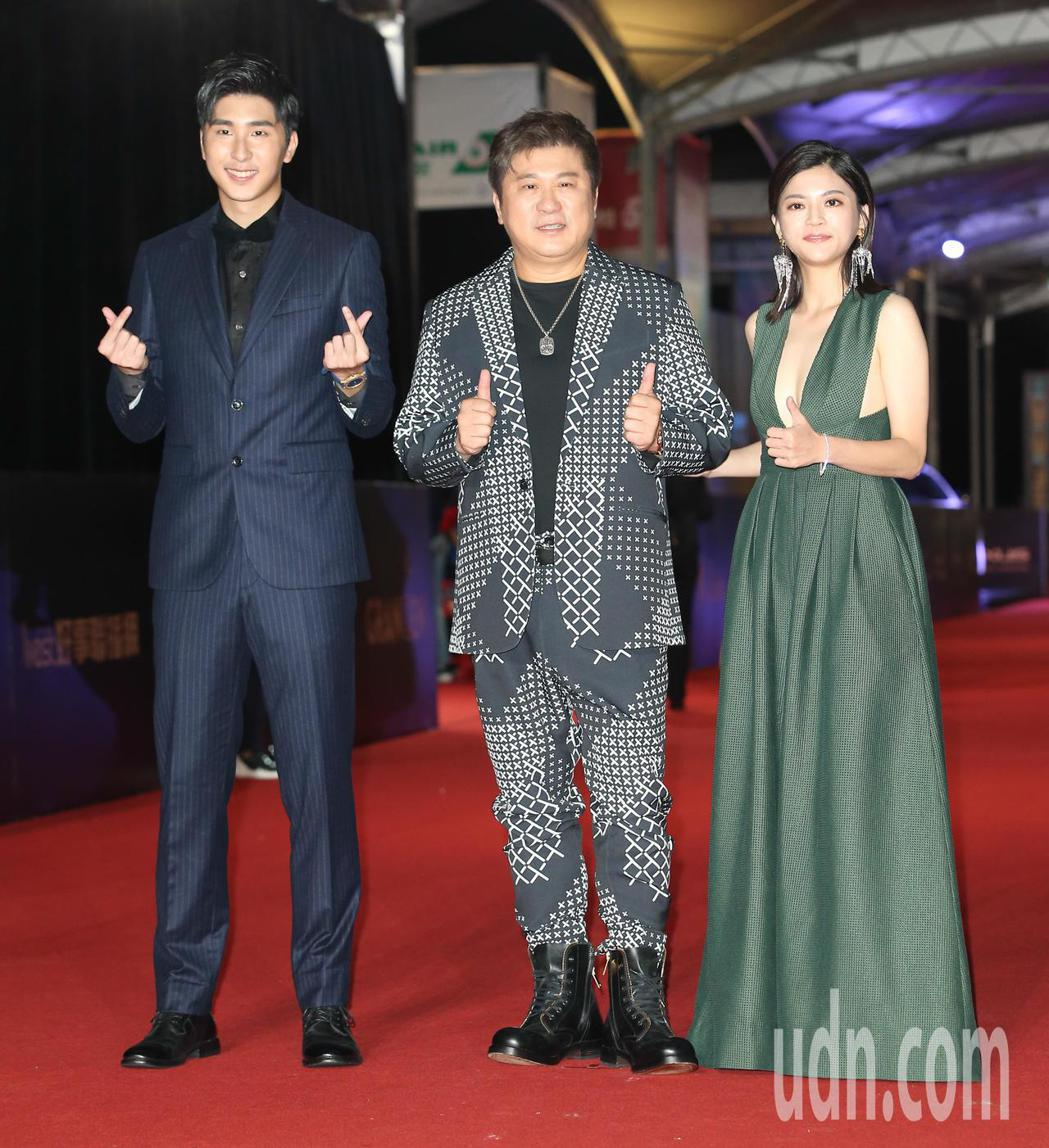 胡瓜 (中)、瑪莉亞 (右)、胡釋安(左)走星光大道。記者陳立凱/攝影