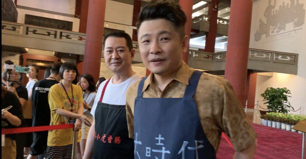 蔡佳麟(右)、蔡小虎以攤販造型走紅毯。記者陳慧貞/攝影