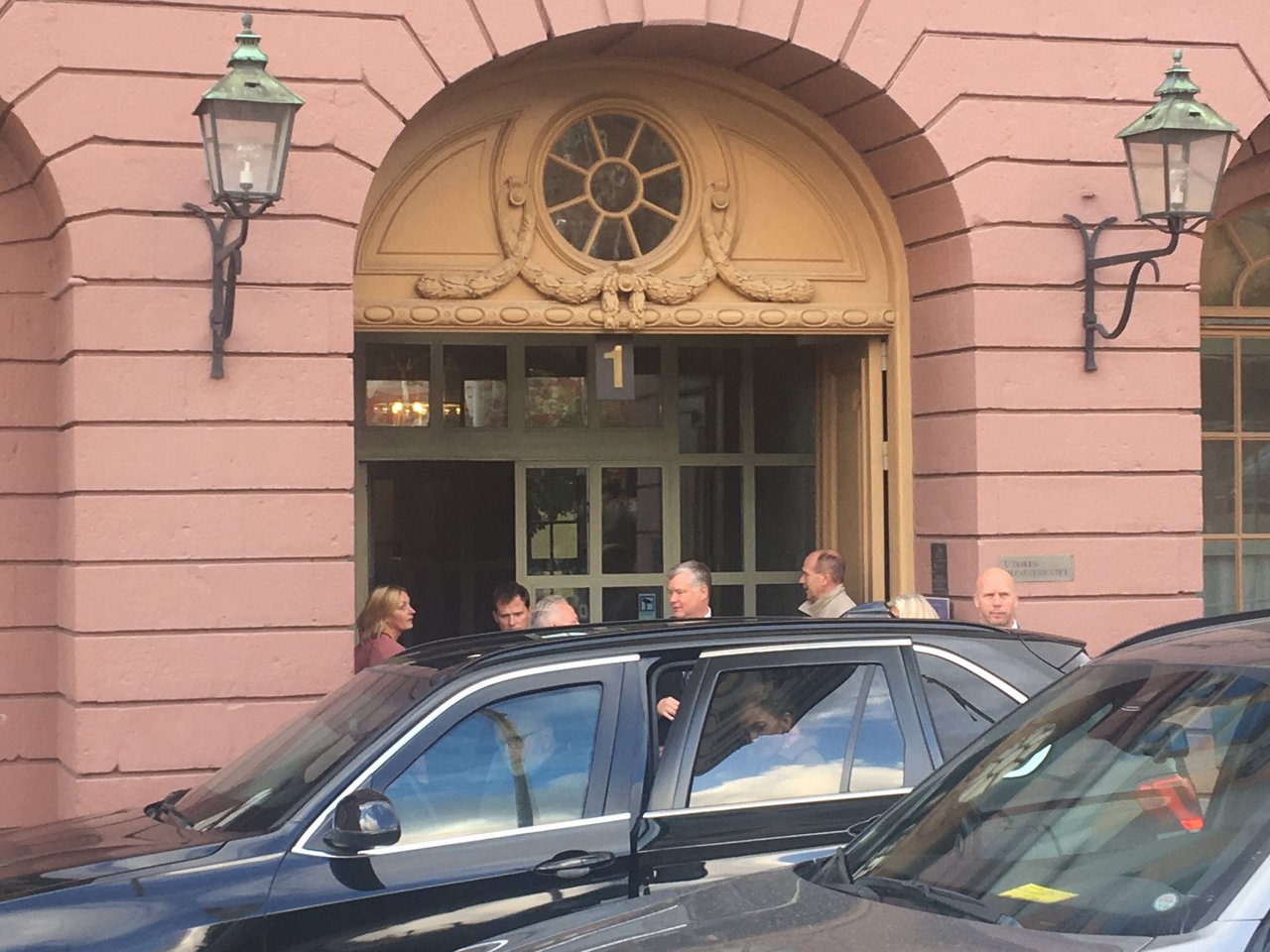美國北韓問題特使畢根(中)出現在瑞典外交部門口。歐新社