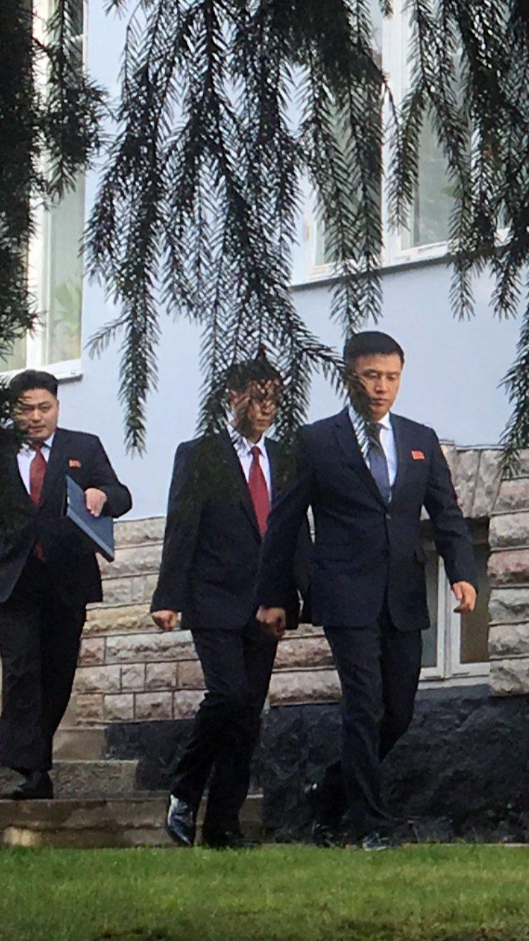 北韓代表團離開駐瑞典大使館準備前往談判。歐新社