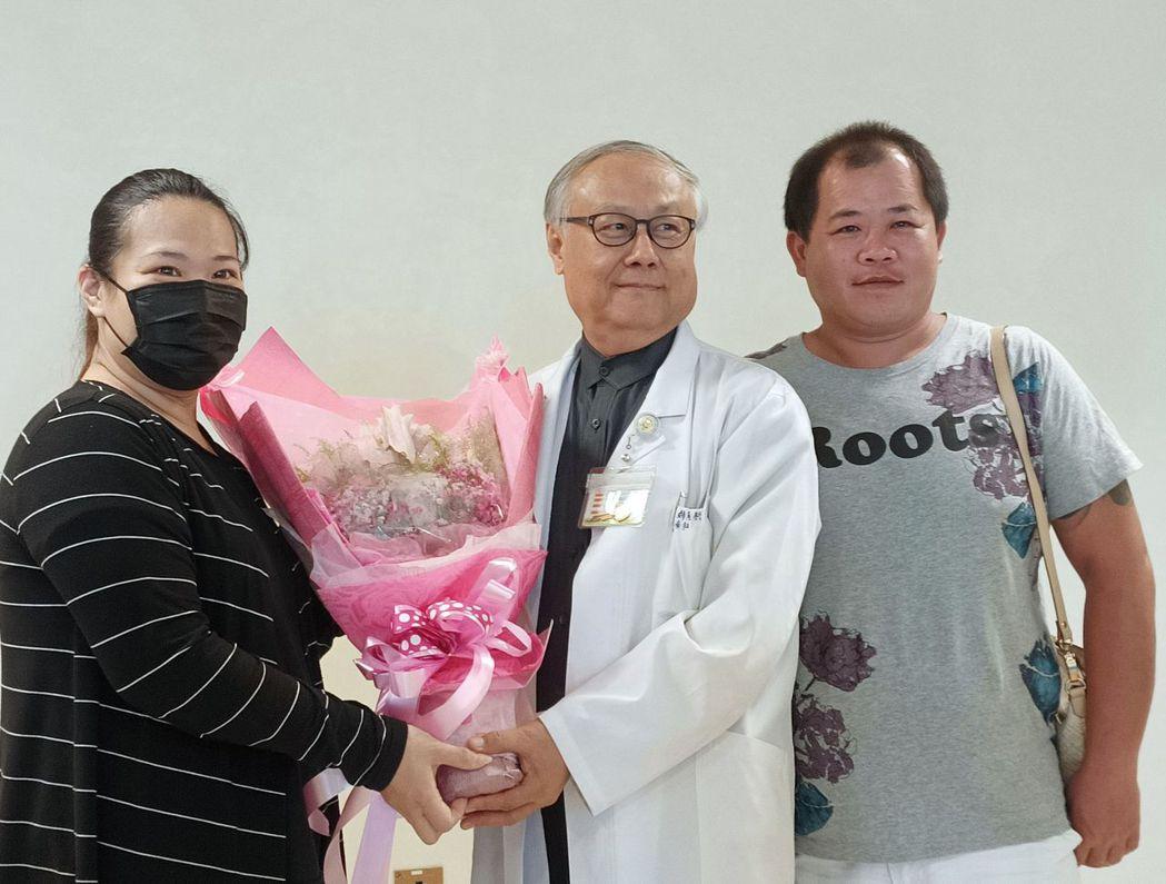 王姓產婦(左)感謝醫師陳學修(中)搶救她和女兒一命,到場獻花。圖/衛福部台中醫院...